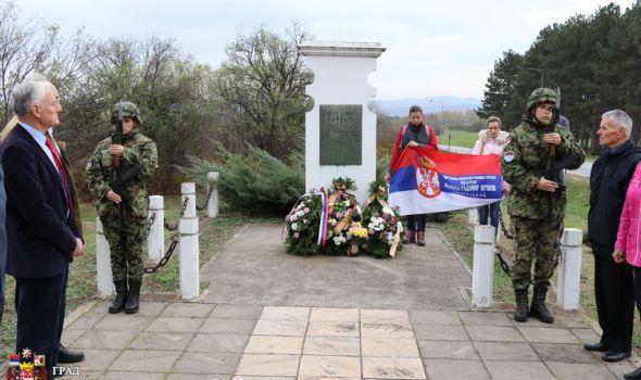 """Sećanje na žrtve Skopskog đačkog bataljona: Odata počast kraj spomenika-krajputaša """"1300 kaplara"""""""