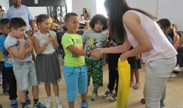 """Romanipen"" obradovao prvake iz romskih porodica poklonima"
