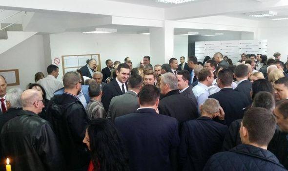 """Vučić """"češlja"""" rukovodstva stranke po Srbiji: Kragujevački SNS-ovci na spisku za smenu?"""