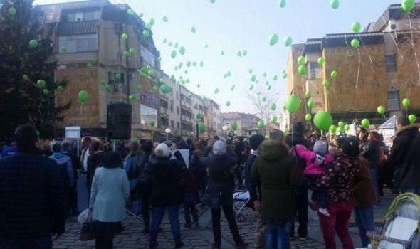 Kragujevčani puštanjem zelenih balona podržali male heroje obolele od raka (FOTO)