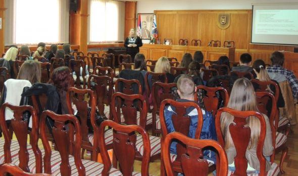 """Tribina """"(NE)zavisnost mladih od savremenih informacionih tehnologija"""" u Rektoratu"""