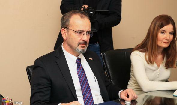 Ambasador SAD u Srbiji Entoni Godfri u Kragujevcu: O odnosima Srbije i Amerike, izborima, saradnji