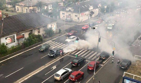 Umalo izbegnuta EKSPLOZIJA: Kvar na motoru automobila, dim na sve strane! (FOTO)