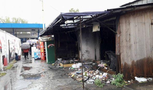 SRAMOTA: Ispred autobuske stanice ruglo, putnici prolaze pored gomile smeća!