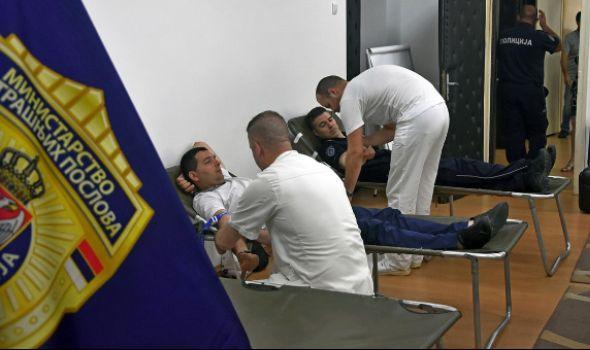 Kragujevački policajci pokazali humanost na delu (FOTO)