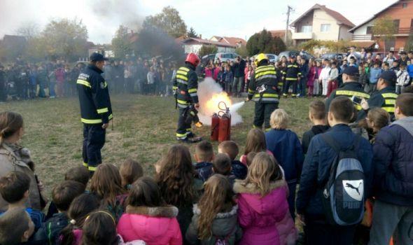 """Dan zaštite od požara: Vežba gašenja požara u OŠ """"Sveti Sava"""" (FOTO)"""