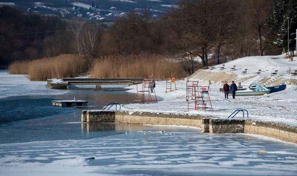 """Kragujevčani ugrožavaju život zbog """"zabave"""": Ne klizajte i ne prelazite preko zaleđenog jezera!"""