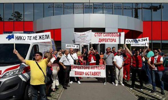 """Protest zaposlenih u Hitnoj pomoći: """"Direktore,niko te ne želi""""; Kličković: """"Imam pravo da se opet kandidujem"""" (VIDEO)"""