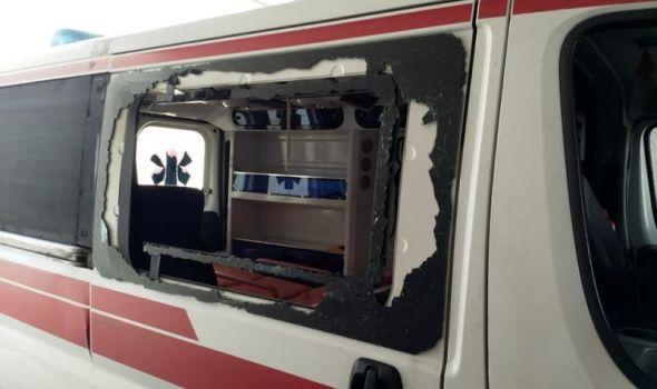 Trudnica pala niz stepenice, rođak napao ekipu HITNE POMOĆI i razlupao sanitet METALNOM ŠIPKOM (FOTO)