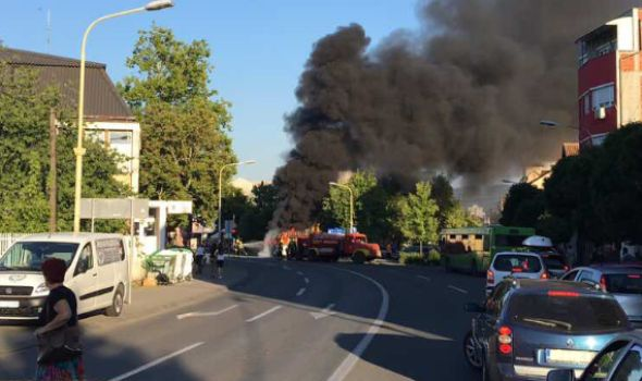 Izgoreo minibus kod Kliničkog centra (FOTO)