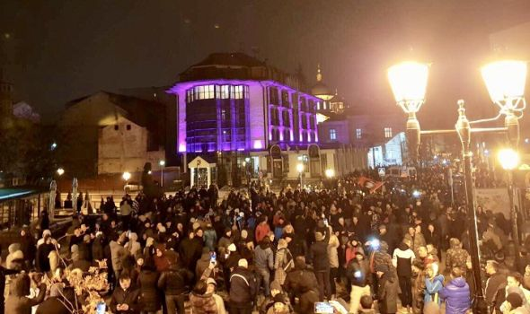 """Pištaljke, badnjak i Če Gevara: Kragujevac se priključio protestu """"1 od 5 miliona"""" (FOTO)"""