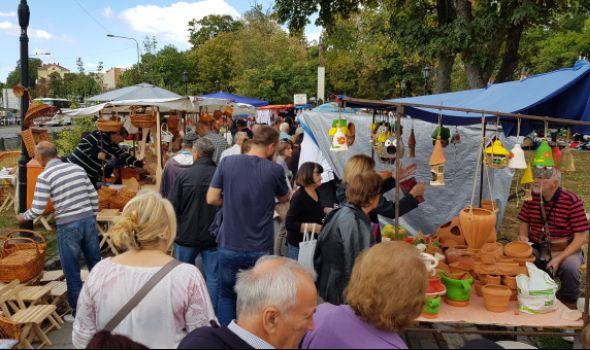 """Krstovdanski vašar u Kragujevcu: U bogatoj ponudi i """"Versace"""" kuhinja (FOTO)"""