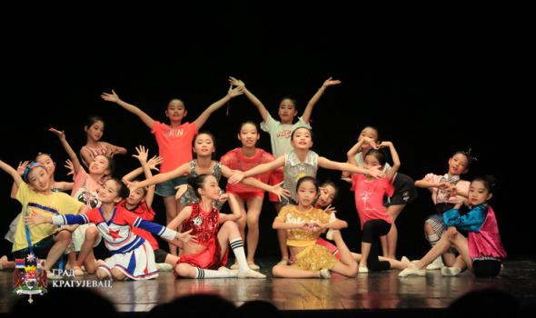 """Scenski performans muzičko-plesne trupe """"Mali labud"""" iz Kine (FOTO)"""