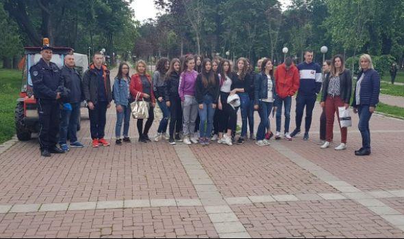 Za lepši i čistiji Kragujevac: Maturanti sa policijom čistili Veliki park (FOTO)