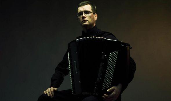 Miko Lukome: Koncert finskog umetnika na harmonici u Prvoj gimnaziji