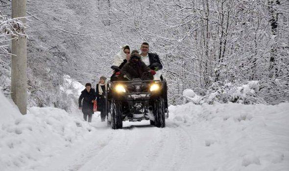 Mladence iz Stragara na venčanje dovezla monahinja kvadom, zvanice pešačile zavejanim putem do manastira