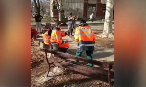 Nesvakidašnje: Aerodromka SVIRALA VIOLINU radnicima JKP Šumadije koji su čistili naselje (VIDEO)