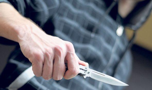 Tinejdžeru pretio nožem, hteo da mu otme novac, pa ga udario o licu