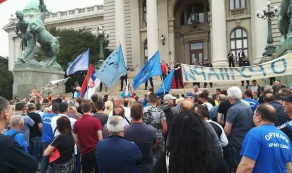 """Završen protest oružara u Beogradu: """"Lopovi! Lopovi!"""" i crveni kartoni za poslanike"""