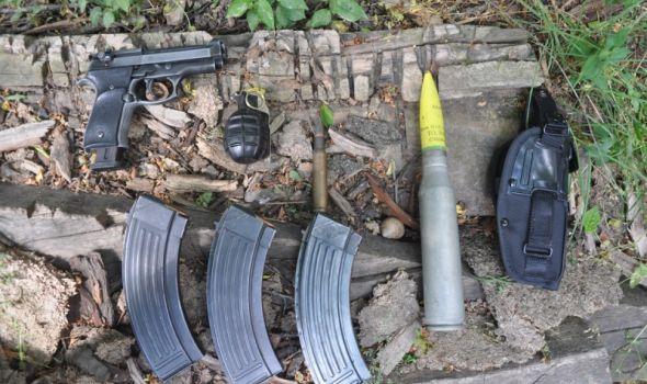 Više oružja nego godina: Uhapšen mladić zbog bombe, municije i pištolja