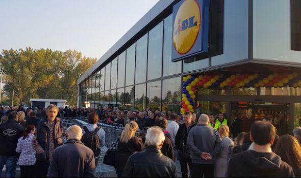 Otvoren LIDL: Više od 1.000 Kragujevčana u redu, razgrabljena piletina, pomama za bananama (FOTO)