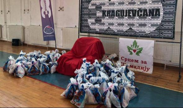 """Deda Mraz u Kragujevcu: Udruženje """"300 Kragujevčana"""" daruje decu paketićima"""