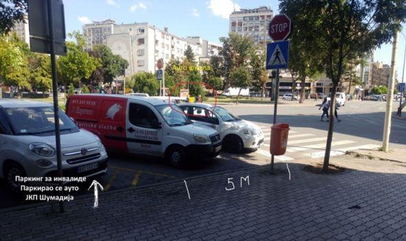 "BAHATO: Na parking mestu za osobe sa invaliditetom vozilo JKP ""Šumadija"", AUTO-ŠKOLA ""kači"" pešački prelaz"