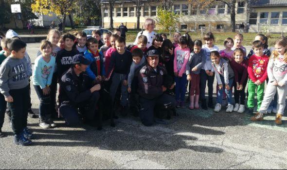 Policajci prezentovali kragujevačkim đacima umeće i veštine službenih pasa (FOTO)