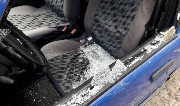 Haos na Aerodromu: Polupana stakla na automobilima (FOTO)