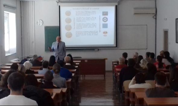 """Profesor Đuro Koruga ponovo u Kragujevcu: Predavanje """"Voda i biološki život"""" na PMF-u"""