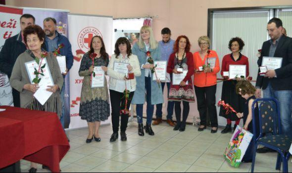 Institut za javno zdravlje i Mirjana Marković nagrađeni Zlatnim znakom Crvenog krsta Srbije (FOTO)