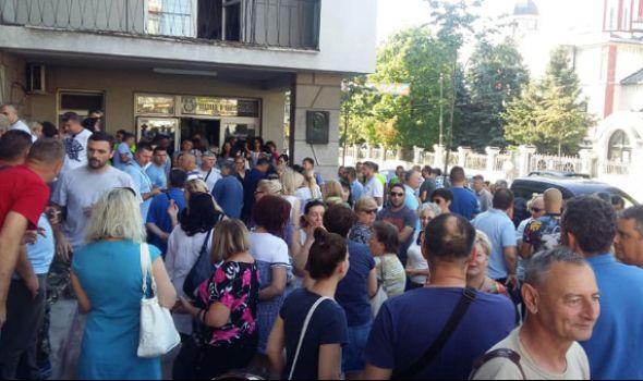 """Zaposleni u """"Vodovodu"""" protestovali, traže veće plate od Nikolića (FOTO/VIDEO)"""