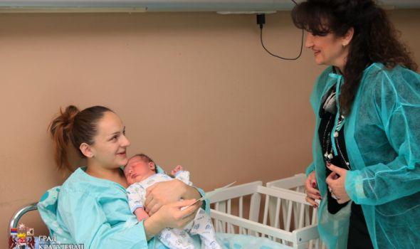 SKROMNO: Od Grada prvorođenoj bebi NOSILJKA i KOZMETIKA, mami KORPA SA VOĆEM!