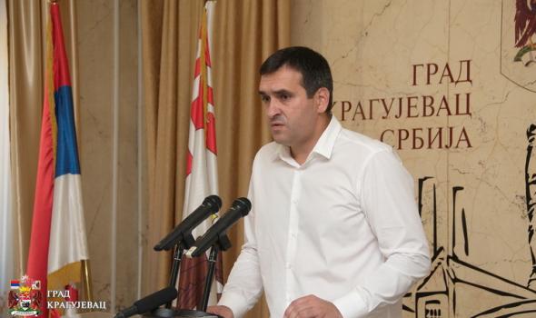 Radomir Nikolić zaposlene u Gradskoj upravi častio KOŽNIM CIPELAMA OD DEVET MILIONA DINARA