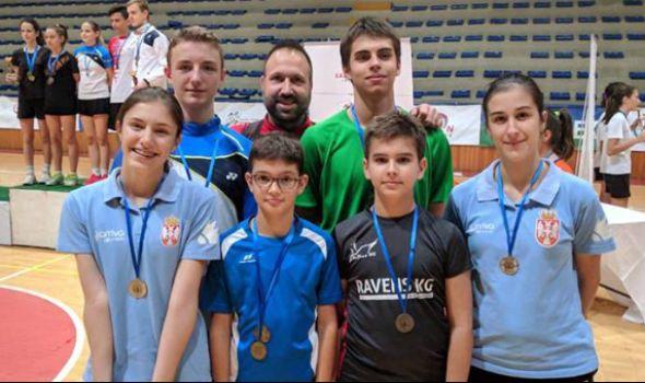"""Badminton klubu """"Ravens KG"""" pehar i osam medalja u Kruševcu (FOTO)"""