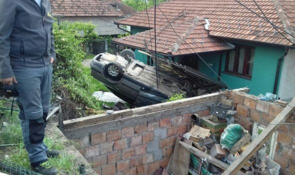STRAVIČNA SAOBRAĆAJKA: Automobil sleteo s puta, uleteo u dvorište i prevrnuo se na krov! (FOTO)