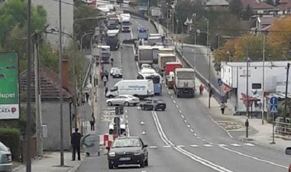 Teška saobraćajka na Sušičkom mostu: Učestvovali kamion, autobus i automobil (FOTO)