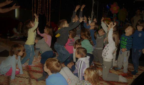 """Predstava za bebe i najmlađe """"Šareno drvo"""" u Pozorištu za decu"""