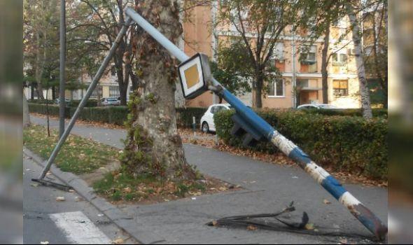 Autom se zakucao u semafor i iščupao ga (FOTO)
