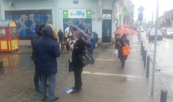 Sindikalci obeležili 8. mart: Sigurnoj kući donirali 1.000 evra, Kragujevčankama poklanjali karanfile (FOTO)