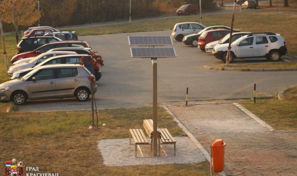 """Postavljeno """"solarno drvo"""" za punjenje telefona i tableta"""