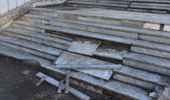 """Stepenište """"u srcu"""" grada u skandaloznom stanju, žena pala i polomila kuk! (FOTO)"""