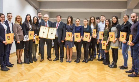 Univerzitet u Kragujevcu: Gutmanu Svetosavska nagrada za životno delo, 15 najboljih studenata dobilo stipendije