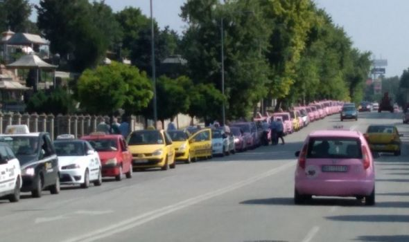 """Ništa od BLOKADE GRADA: Taksisti u protestnoj vožnji, traže uklanjanje """"linijaša"""" i poštovanje zakona (FOTO)"""