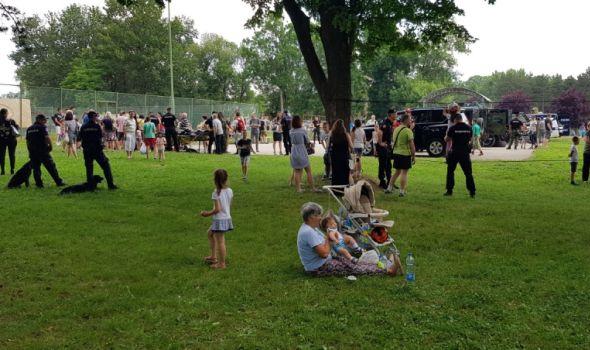 Policajci i žandarmi oduševili decu u Velikom parku (FOTO)