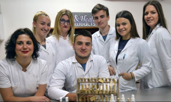 """Učenici Medicinske škole """"Sestre Ninković"""" napravili lekovite proizvode od ljutih papričica"""