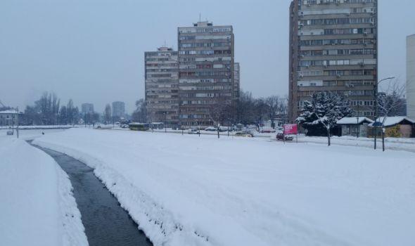 Kragujevac i dalje pod snegom, glavne saobraćajnice prohodne (FOTO)