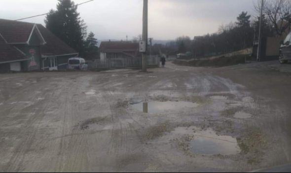 """Problemi meštana Viške ulice: """"Bez gumenih čizama nigde, taksi neće ni da dođe"""" (FOTO)"""