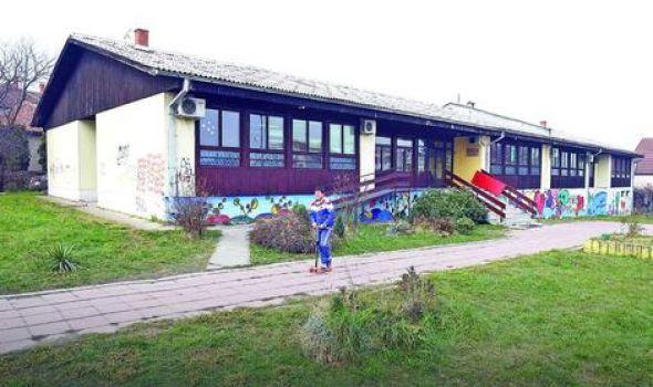 Radna akcija u kragujevačkoj školi: Uređenje dvorišta, donacije namirnica i sportskih rekvizita
