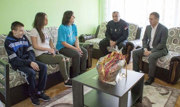 Žandarmerci sakupili 3,6 miliona i kupili stan porodici preminulog kolege (FOTO)